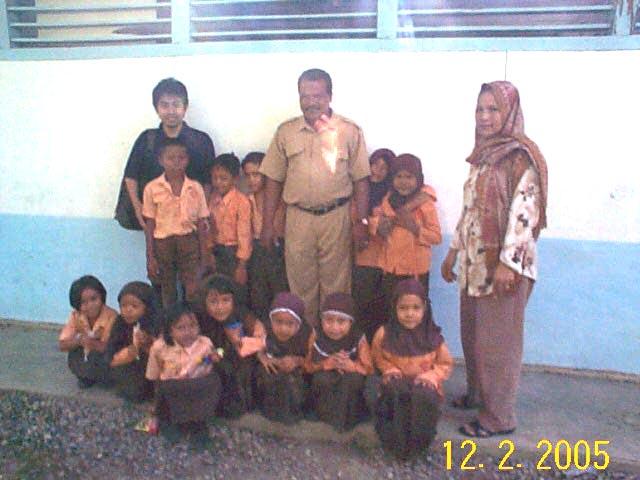 校舎の前に整列した子供たち。地方語が母語である彼らにとって、 学校での勉強がインドネシア語力を左右する。