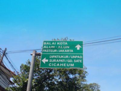 道路の行き先表示もカンタンに読めます。