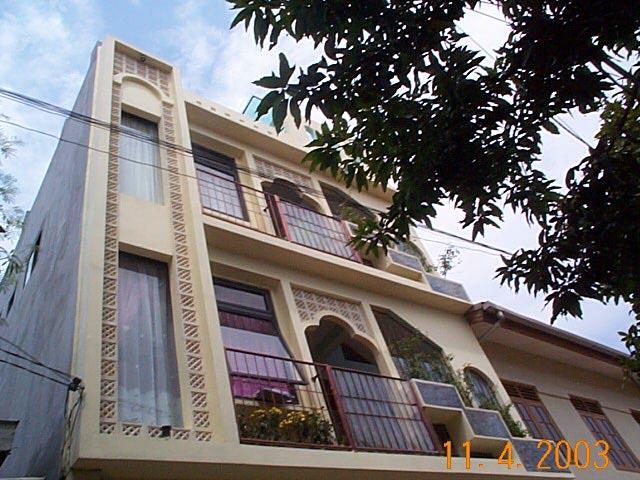 建築出身でもある筆者が、自ら設計した教室でインドネシア語を教えていました。