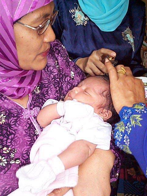 生まれて7日目の赤ちゃんの髪を切る儀式akikah。