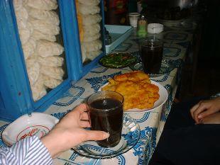 小さな売店(Warung)で飲むコーヒー(Kopi)